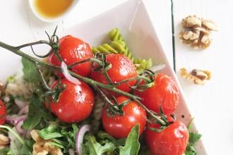 Erwtenpasta met geitenkaassaus en gepofte balsamico tomaatjes