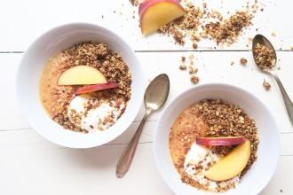 Kokos granola uit de pan met perzik yoghurt