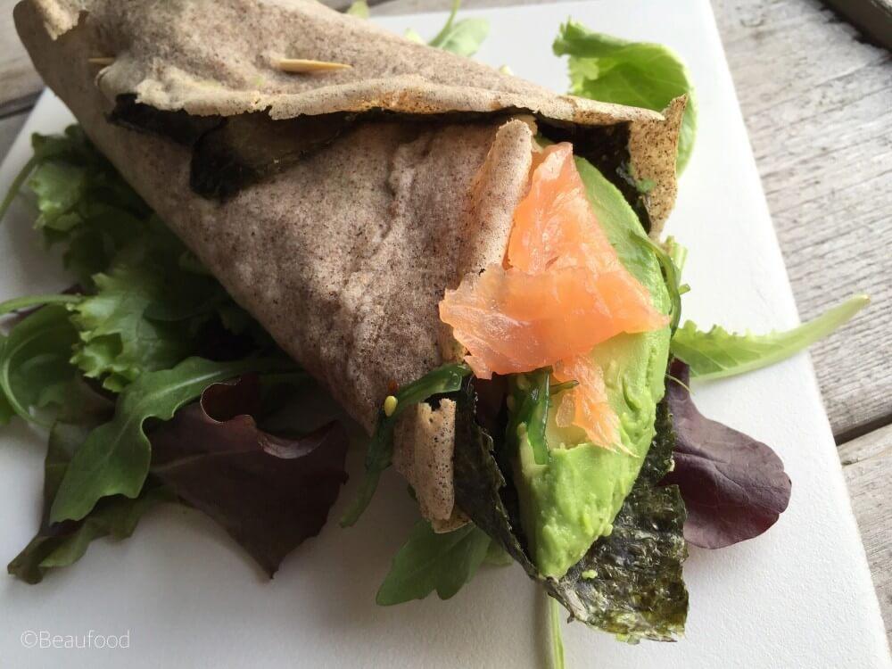 Sushi wrap met gerookte zalm en avocado
