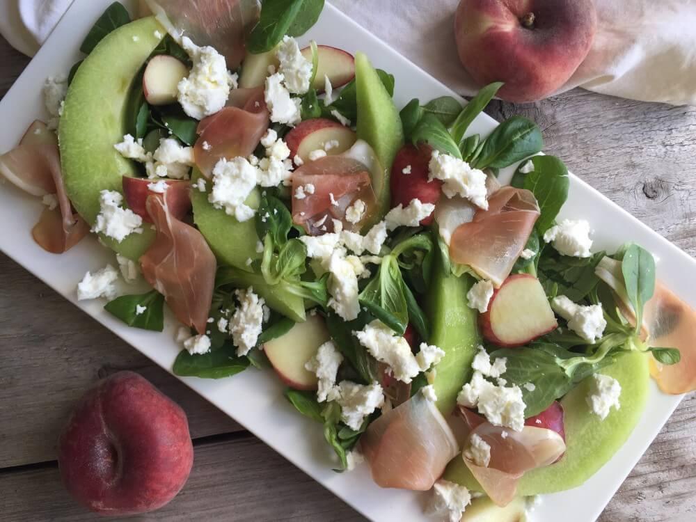Sunny salad met geitenkaas, meloen en wilde perzik
