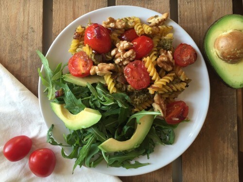 Glutenvrije pasta pesto met avocado salade