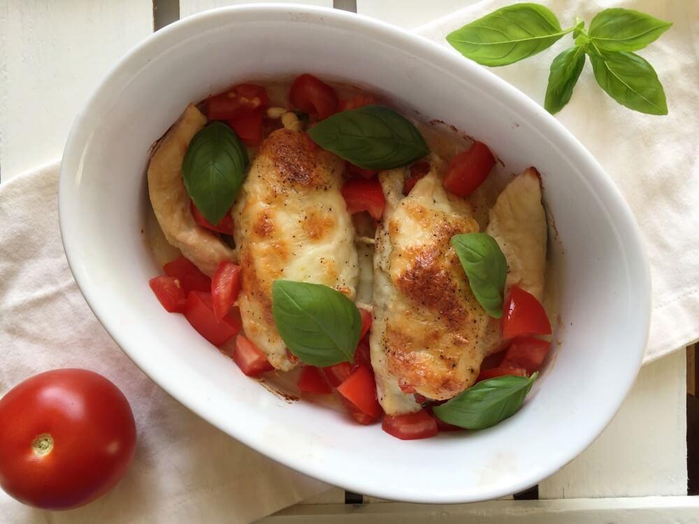 Kip met basilicumpesto en mozzarella uit de oven