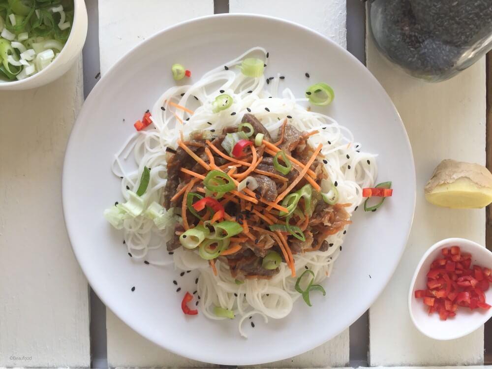 Vietnamese beefreepjes met rijstnoedels met pindasaus