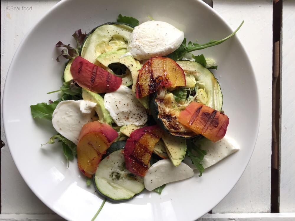 Salade mozzarella met gegrilde perzik en balsamico