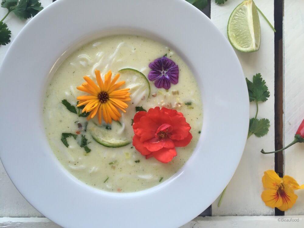 Kokos limoensoep met rijstnoedels en eetbare bloemen