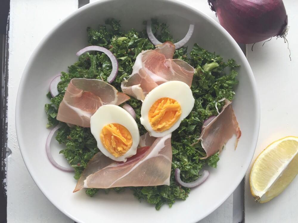 Simpele superfood salade met boerenkool en mosterd vinaigrette