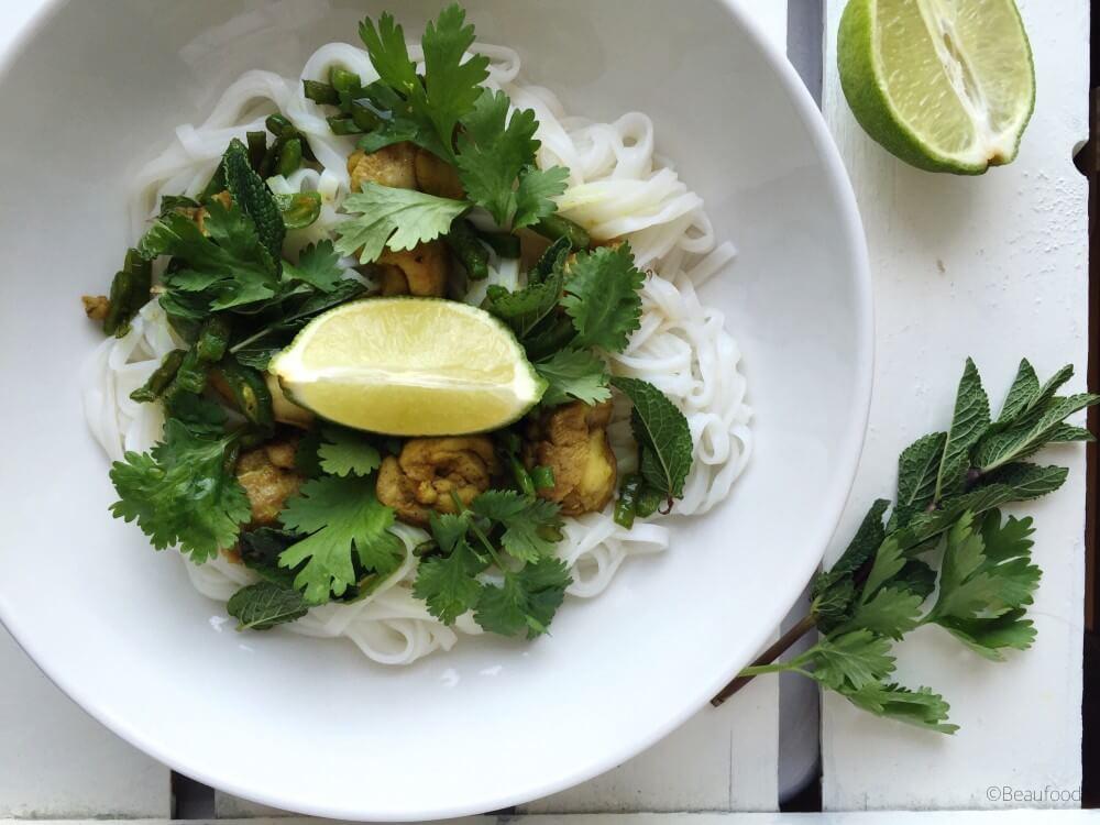 Vietnamese rijstnoedels met gebakken kippendij en verse munt