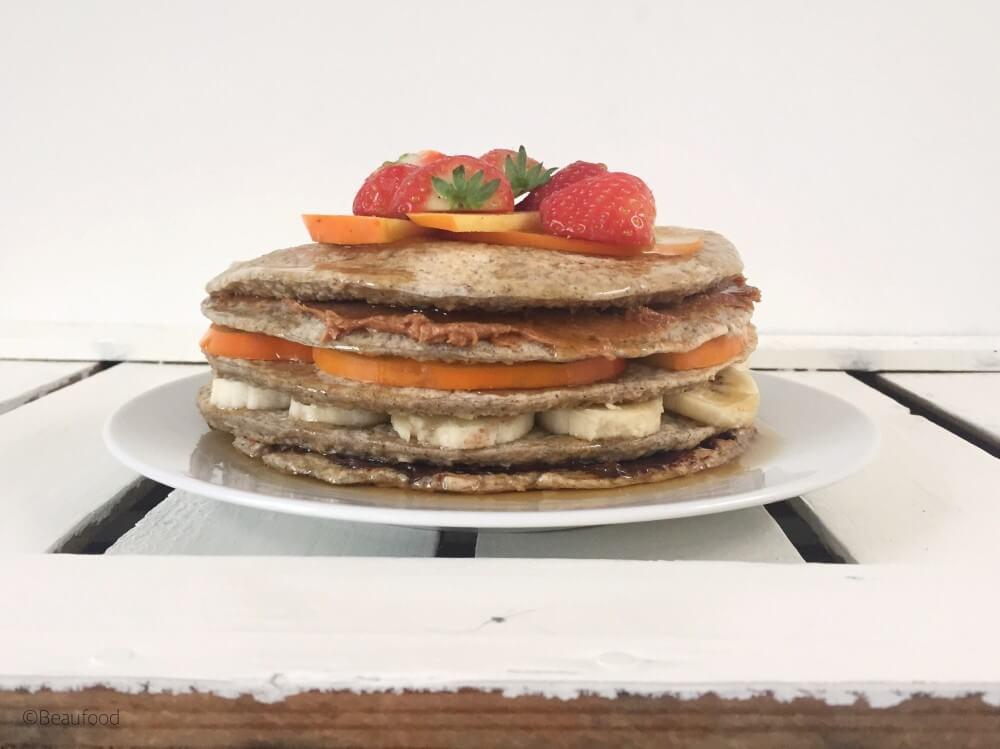 Pannenkoekentaart met fruit en maple syrup