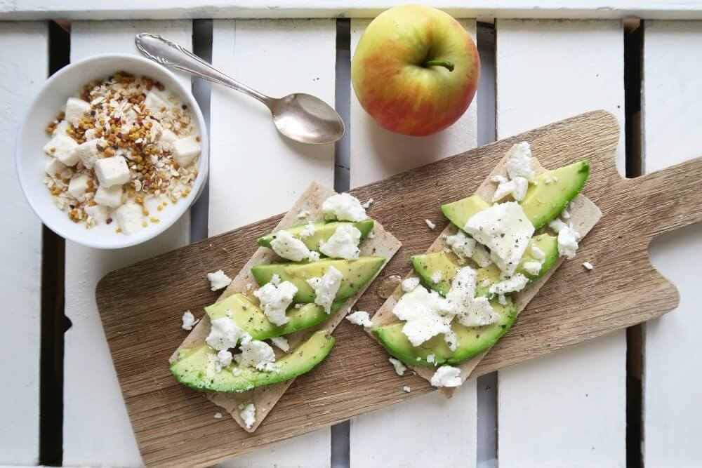Lievelingsontbijt / rozemarijn crackers met avocado en geitenkaas