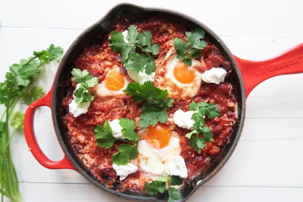 Shakshuka (gepocheerde eieren in pittige saus)