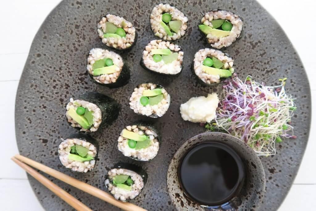Groene groente sushi met gegrilde asperges