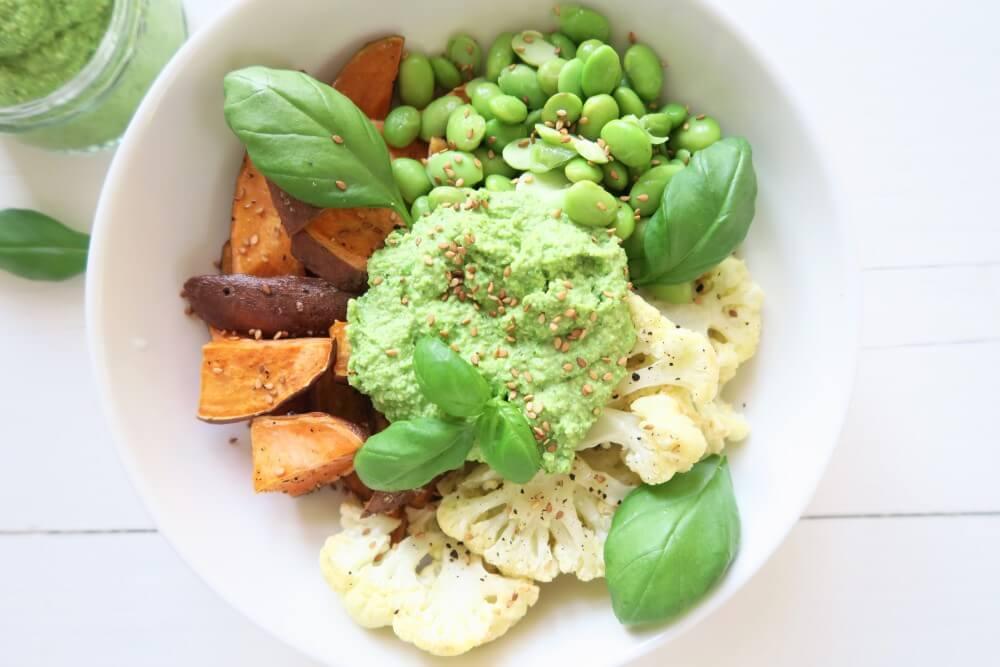 Veggie bowl met zoete aardappel en doperwtenpesto