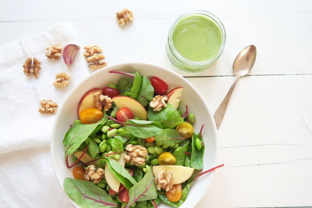 Vegan salade met sojabonen en walnoot basilicum dressing