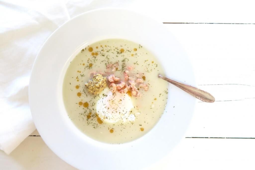 Romige aspergesoep met garnalen en een gepocheerd eitje
