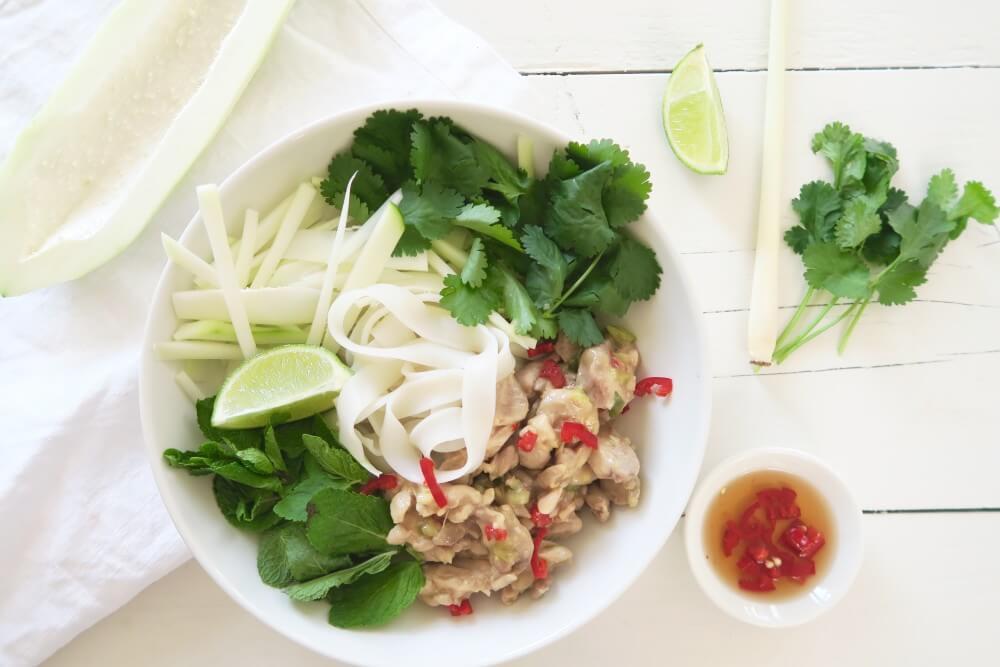 Thaise rijstnoedel salade met geweldig gemarineerde kip en groene papaya