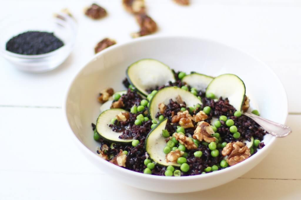 Zwarte rijstsalade met geroosterde walnoten en honing dressing