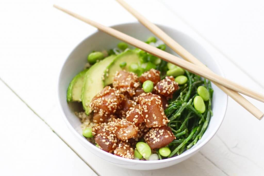 Poke bowl met quinoa, tonijn en sojabonen