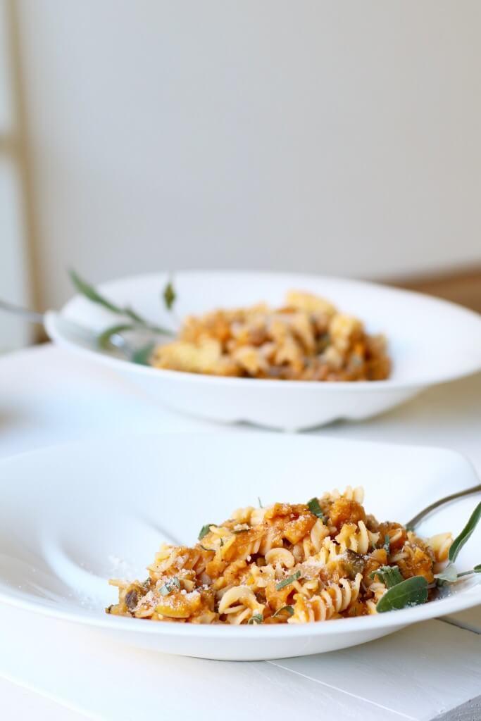 Glutenvrije pasta met salie en pompoensaus