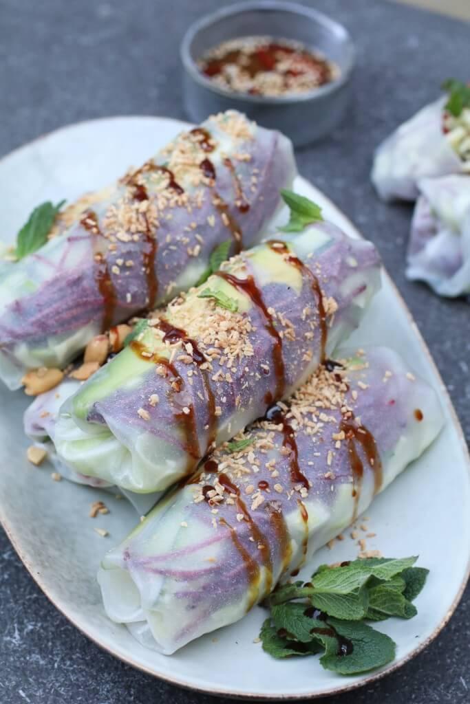 Vietnamese vega springrolls met hoisin, Vegan springrolls, Gezonde hapjes, Zelfs springrolls maken, Vegetarische springroll recepten, Vietnamese loempia recepten, Glutenvrije loempia's, Loempia's zonder frituurpan