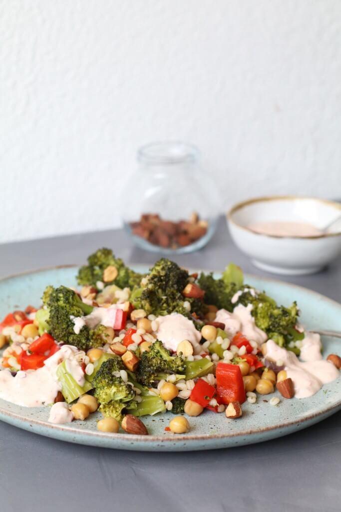 Kikkererwten met groenten en harissa-yoghurt | #groenemaandag, Hello Fresh recepten, Vegetarische recepten, Beaufood recepten, Glutenvrije avondmaaltijden, Recepten harissa kikkererwten