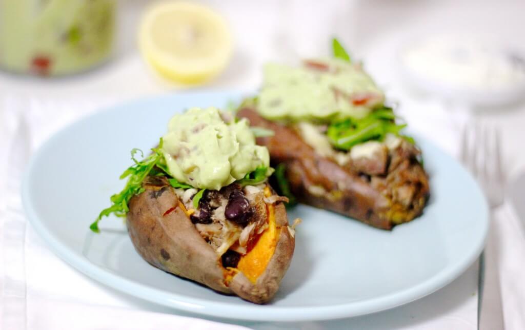 Gepofte zoete aardappel met tonijn en guacamole, Zoete aardappel recepten, Recepten Cotton & Cream, Glutenvrij avondeten zoete aardappel, Gezond avondeten, Zoete aardappels uit de oven, Slank avondeten