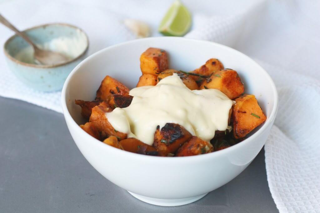 Patatas bravas van zoete aardappel, Gezonde patatas bravas recept, Gezond avondeten, Gezonde foodblogs, Gezonde Spaanse hapjes, Beaufood recepten, Gezonde foodblogs, Zelf aioli maken
