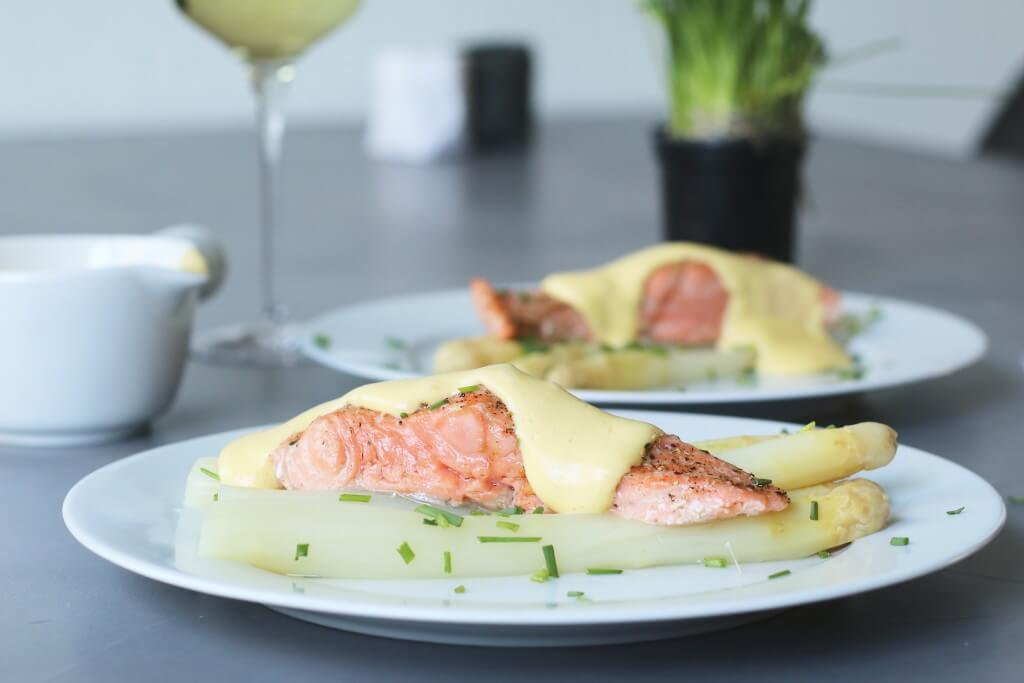 Witte asperges met zalm en hollandaisesaus, Lekkere asperge gerechten, Lekker en gezond avondeten, Witte asperges koken, Wijn asperges en zalm, Beaufood recepten, Gezonde foodblogs