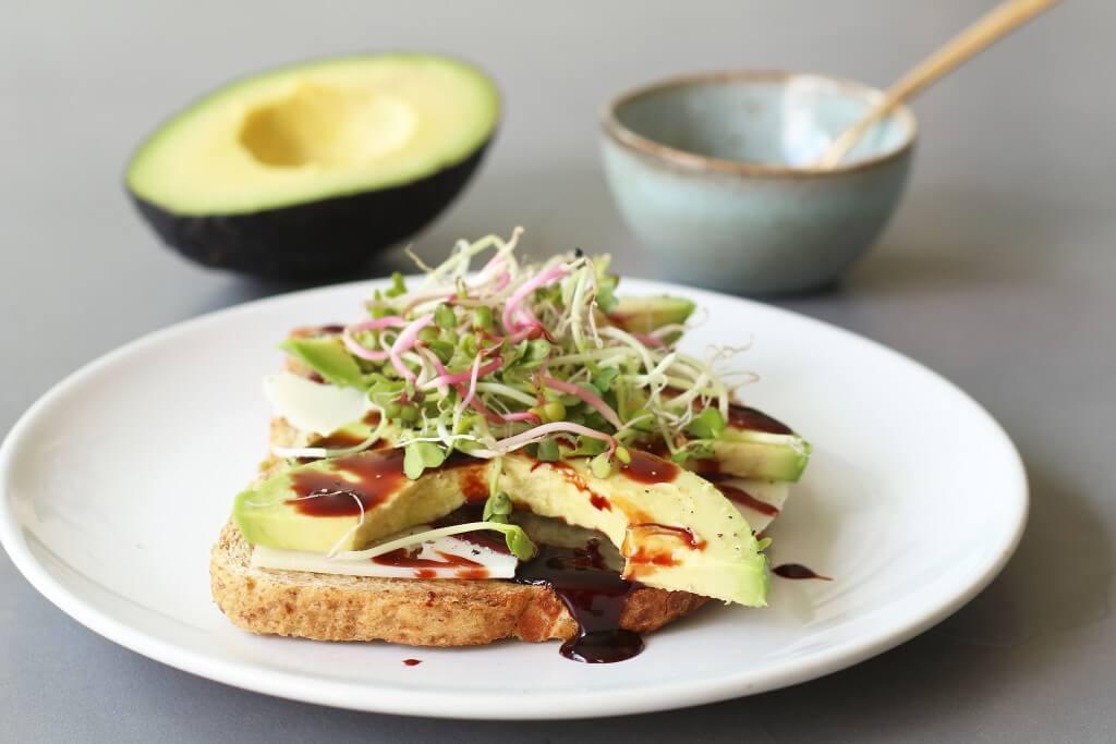 avocado en dadelstroop, Beaufood recepten, Gezonde lunches, Gezonde ontbijtrecepten, Glutenvrij toast recepten, Glutenvrije foodblogs, Glutenvrije lunches, Toast met geitenkaas