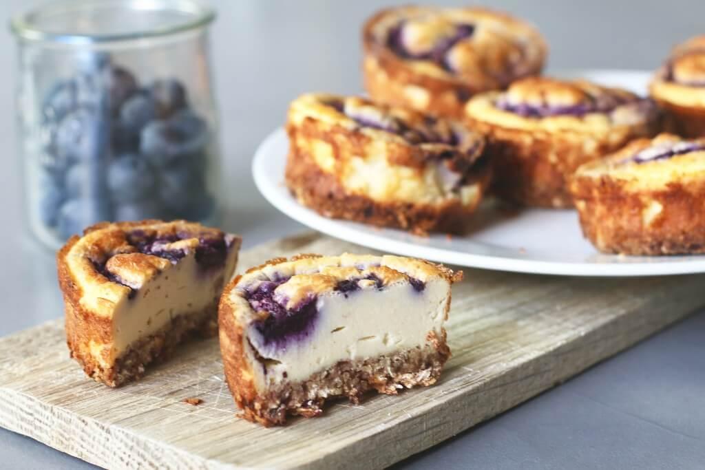 Beaufood recepten, Cheesecake blauwe bessen, Cheesecake recept gezond, gezonde desserts, Gezonde verjaardagrecepten, Glutenvrije cheesecake bodem, Glutenvrije foodblogs, Kleine cheesecakejes, Mini blueberry cheesecakes