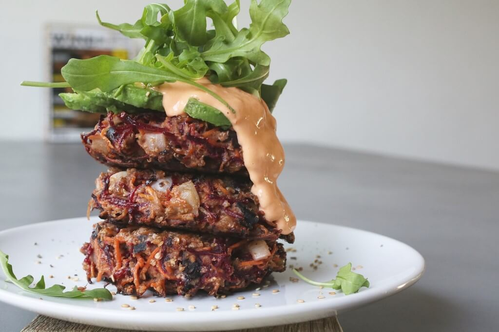 Vegetarische burgers met pesto mayonaise , Vegetarische hoofdgerechten, Burgers wortel biet, Gezonde foodblogs, Beaufood recepten, Gezonde burger recepten