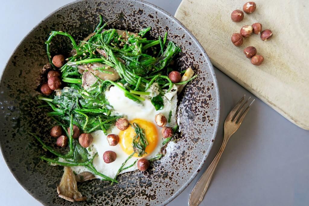 Gebakken eitje met spinazie en shiitakes, Gezonde ontbijten, Ontbijten onder brood, Hartige ontbijtjes, Beaufood recepten, Ontbijten met zeekraal