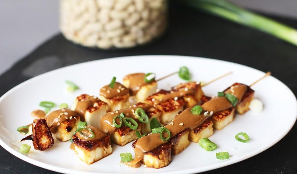 Halloumi saté met pindasaus, Vegetarische sate recepten, sate van halloumi, Beaufood recepten, Vegetarische avondmaaltijden, Lekker en vegetarisch, Zelf snel pindasaus maken