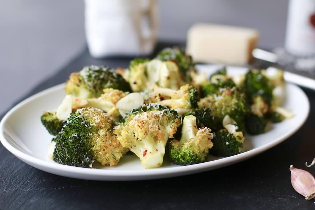 Gegrilde broccoli met parmezaanse kaas, Gezonde bijgerechten, Recepten met broccoli, Gezonde foodblogs, Beaufood recepten, Cape Herb & Spice