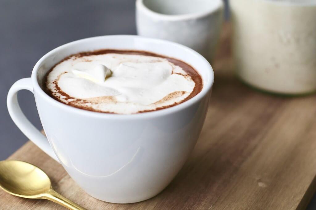 Warme chocolade amandelmelk met kokosroom, Vegan warme chocolademelk, Veganistische chocomelk, Gezonde warme chocolade melk, Lactosevrije warme chocolademelk, Gezonde foodblogs, Beaufood recepten