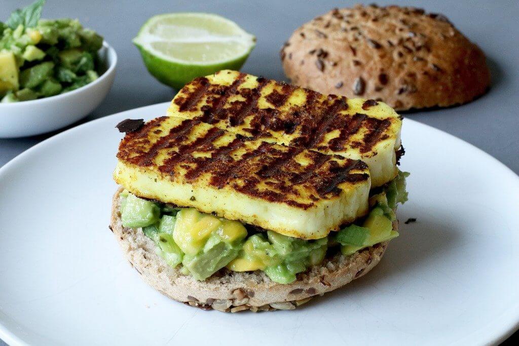 Gegrilde halloumi burger met avocado-salsa, Vegetarische burgers, Gezonde hamburger recepten, Glutenvrije vegetarische burgers, Halloumi burger, Glutenvrije foodblogs, Beaufood recepten