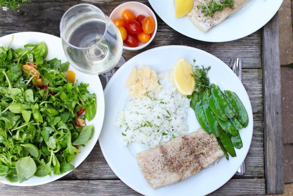 Victoriabaars uit de oven met sugar snaps en salade, Victoriabaars bereiden, Gezonde avondmaaltijden, Beaufood recepten, Gezond en glutenvrij avondeten, etentje geven vis, vis gerechten ideeën, gezonde foodblogs, Beaufood recepten
