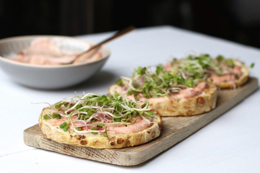 Knolselderijpizza's met tomatenroom en kiemen, Knolselderij uit de oven, Beaufood recepten, Lekker en simpel, Glutenvrij avondeten, Gezonde hoofdgerechten, Gezonde pizza recepten, Pizza van knolselderij