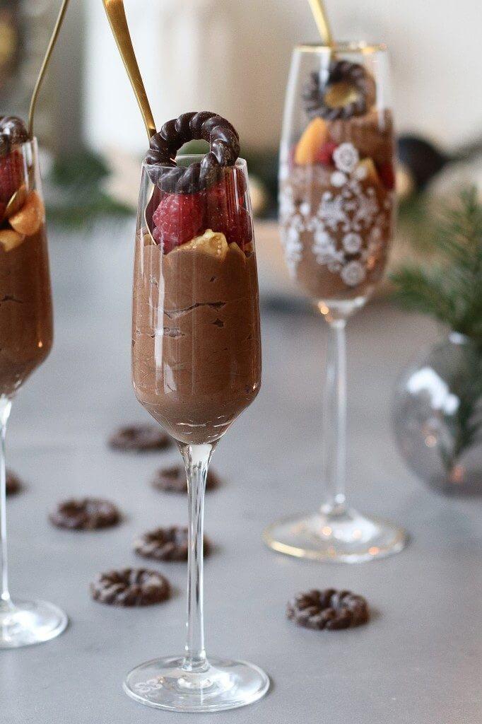 Tony's Chocolonely mousse met frambozen , Makkelijke chocolade mousse, Makkelijke dessert kerst, Chocolade dessert, Kerstrecepten foodblfoggers, Beaufood's kerstrecepten, Amarula mousse, Kerst desserts
