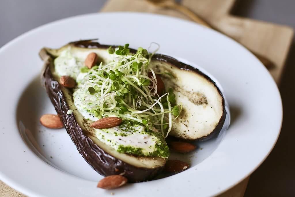 Kruidig gepofte aubergine met pestroom, Gezond avondeten, Beaufood recepten, Gezonde foodblogs, Aubergine poffen, Slanke avondmaaltijden, Gezonde pesto recepten, Pesto van spinazie